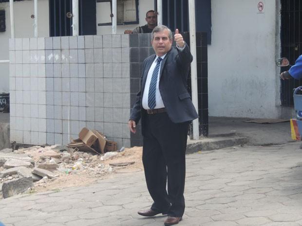 Secretário fez sinal antes de entrar em presídio do Complexo do Curado nesta quarta (21) (Foto: Marina Barbosa/G1)