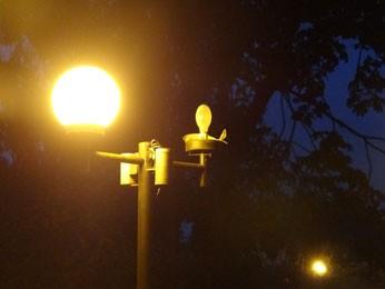 Reportagem flagrou postes de iluminação danificados nas proximidades do CCSA; UFPE prometeu instalar refletores (Foto: Alexandre Morais / G1)