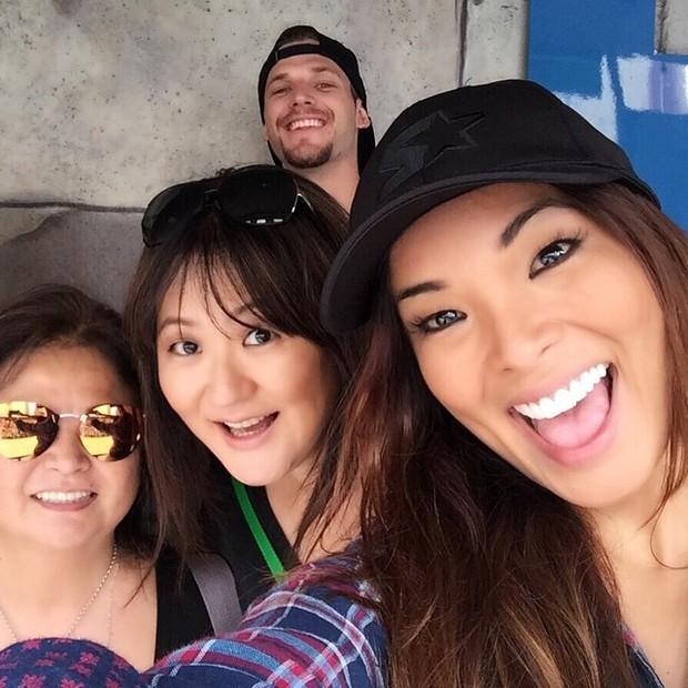 Carol Nakamura se despede de Orlando e faz selfie com Raphael Lacchine e duas parentes suas (Foto: Instagram)