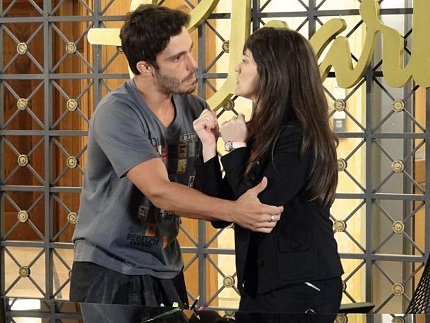 Zenon e Carolina brigam feiam (Foto: Guerra dos Sexos/TV Globo)