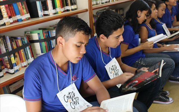 Biblioteca Itinerante do Sesc chamou a atenção dos estudantes (Foto: Gisa Almeida/ Rede Amazônica)