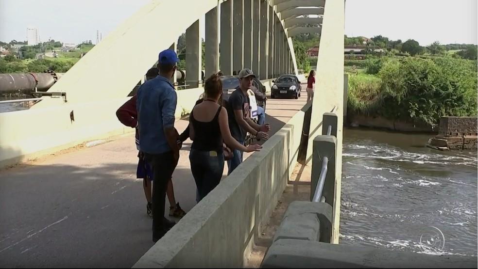 Amigos e familiares de Isabela Ferreira ajudaram nas buscas pelo corpo da jovem (Foto: Reprodução/TV TEM)