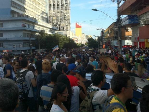 Manifestantes se concentraram na Avenida Eduardo Ribeiro, no Centro de Manaus (Foto: Marcos Dantas/G1 AM)