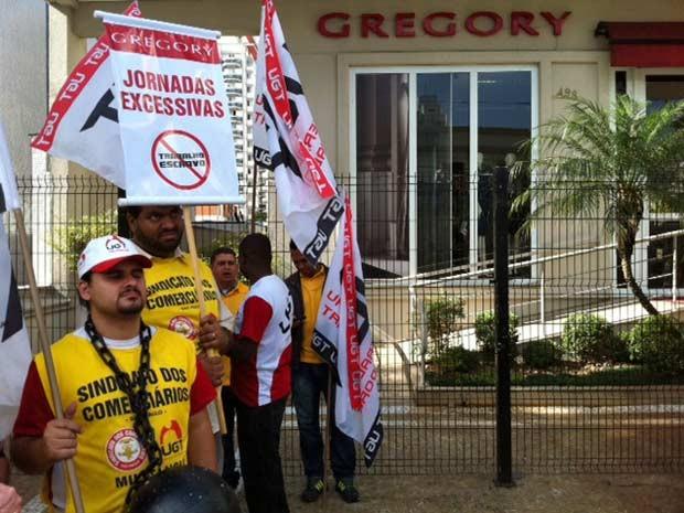 Cerca de 60 pessoas participam de um protesto em frente a loja gregory. Segundo os manifestantes, membros do sindicato dos comerciarios, a loja foi flagrada pela segunda vez em fiscalização neste mês de maio promovendo o trabalho em condicoes analogas as  (Foto: Márcio Pinho/G1)
