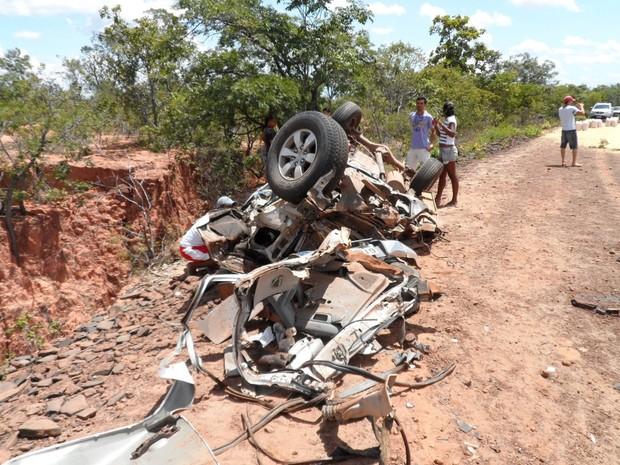 Veículo ficou completamente destruído (Foto: Jenerson Gonçalves)