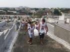 Menina morta após acidente em perseguição policial éenterrada no RJ