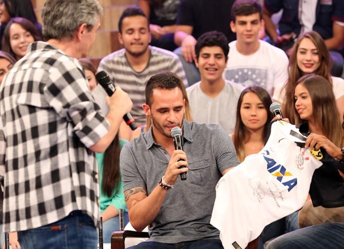 Renato Augusto presenteia Serginho com uma camisa do Corinthians (Foto: Marcos Mazini/Gshow)