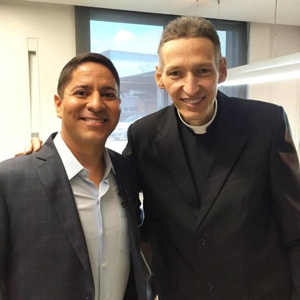 O apresentador Ricardo Marques ao lado do Padre Marcelo Rossi (Foto: Divulgação/TV Sergipe)
