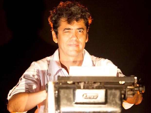 O ator e poeta Adeilton Lima, que estrela peça sobre Glauber Rocha, em cartaz em Brasília (Foto: Débora Amorim/Divulgação)