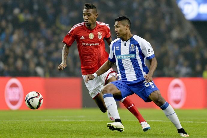 Talisca do Benfica e Alex Sandro do Porto (Foto: EFE)