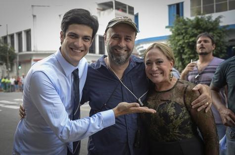 Mauro Mendonça Filho, diretor- geral de 'Amor à vida', entre Mateus Solano e Susana Vieira (Foto: TV Globo/Bob Paulino)