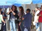 Dira Paes e Totia Meireles gravam 'Salve Jorge' em orla de praia no Rio