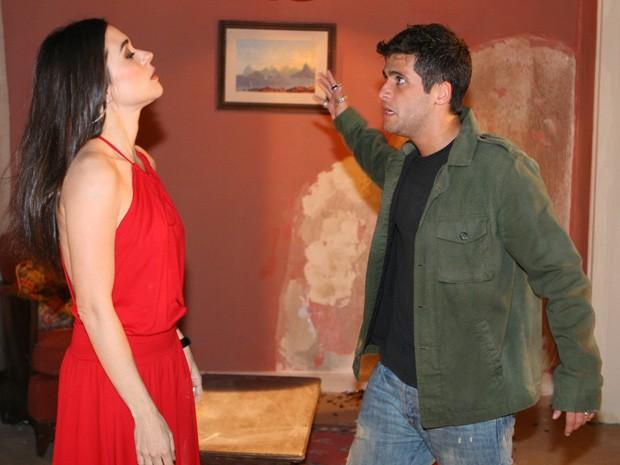 Ivan ameaça bater em Taís após descobrir traição em Paraíso Tropical (Foto: TV Glovo)