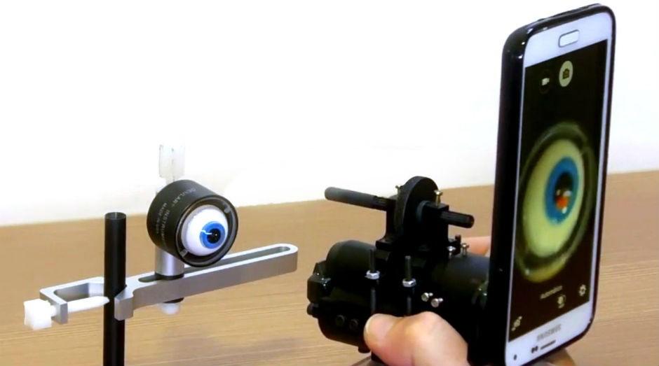 Aparelho permite a realização de exames oculares com smartphones. (Foto: Divulgação)