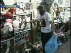 Familiares de vítimas iniciam limpeza em frente ao prédio da boate Kiss
