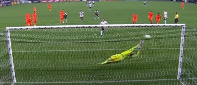 Gol de pênalti Jadson Corinthians Sport (Foto: Reprodução SporTV)