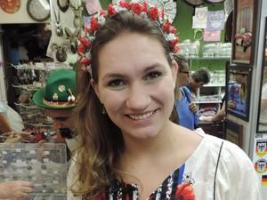 Naiane é uma das folionas que escolheu usar tiara de flores a Oktoberfest (Foto: Mariana de Ávila/G1)