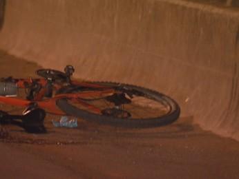 Ciclista morreu ao ser atingido por ônibus. Causa do acidente ainda não foi divulgada (Foto: TV Globo/Reprodução)