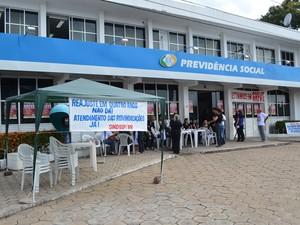 Os funcionários do INSS estão reunidos em frente à sede do INSS no Centro de Boa Vista para informar a população sobre a greve (Foto: Inaê Brandão/G1 RR)