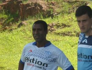 Auxiliar Edson Pezinho e técnico Luis dos Reis conversam com zagueiro Thiago Gomes (Foto: Divulgação / Marília AC)