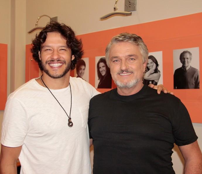 Nando Rodrigues e Werner Schünemann nos bastidores do 'Domingão' (Foto: Marcos Mazini/Gshow)