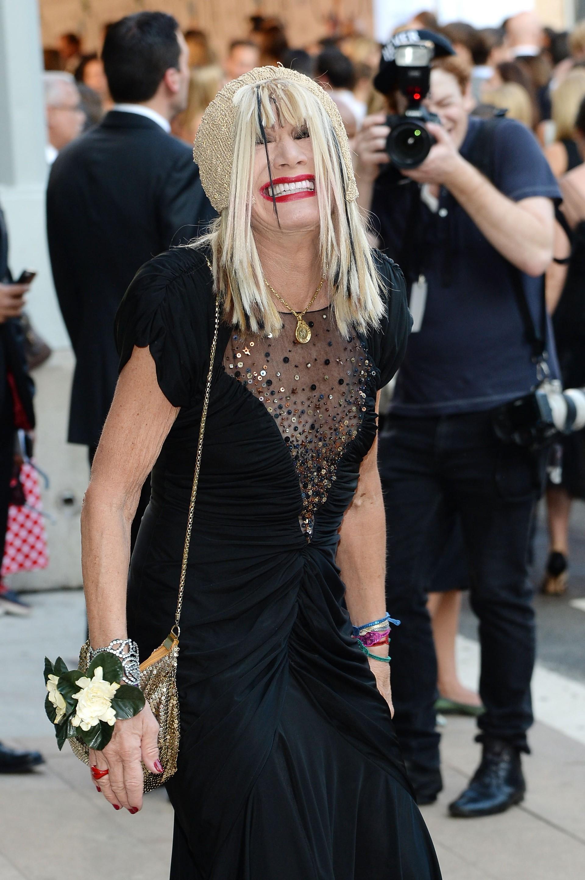 A designer de moda americana, Betsey Johnson, mostrou que ter atitudes positivas contra o câncer de mama foi a chave para a recuperação bem sucedida da doença. (Foto: Getty Images)