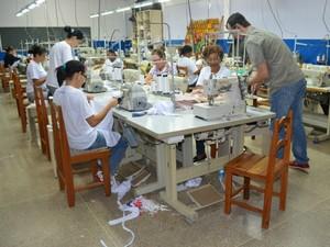 Mulheres participam de curso de corte e costura (Foto: Magda Oliveira/G1)