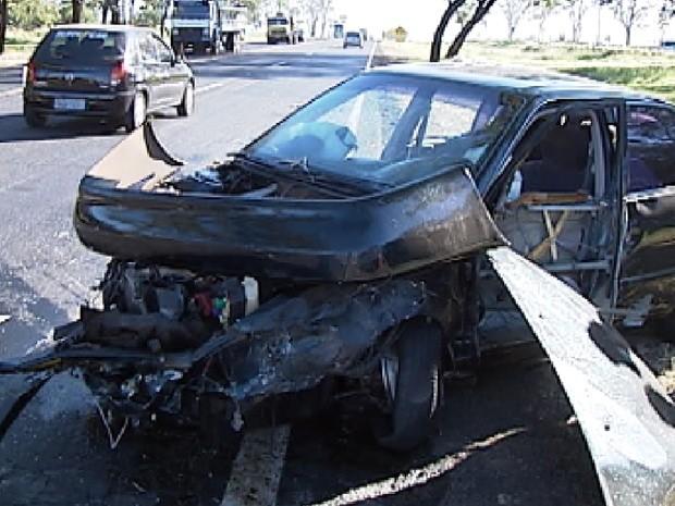Carro ficou completamente destruído com o acidente (Foto: Reprodução / TV Tem)