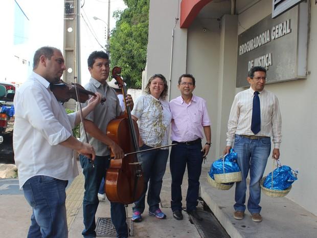 Ambientalistas, professores e advogados entregaram cestas nos órgãos públicos (Foto: Catarina Costa/G1 PI)