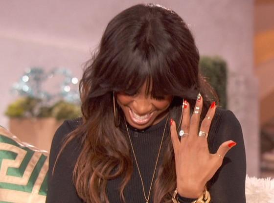 Kelly Rowland e sua aliança de diamante (Foto: Reprodução/The Queen Latifah Show)