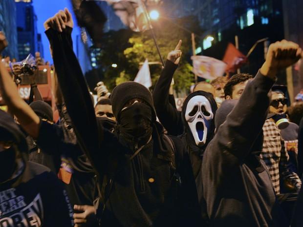 Mascarados participam de protesto no Rio de Janeiro (Foto: Christophe Simon/AFP)