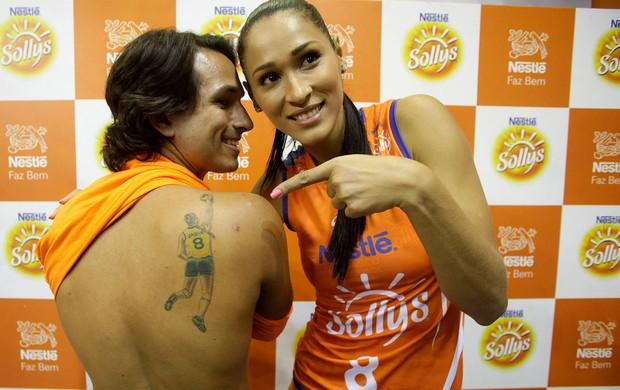 Jaqueline com fã tatuado (Foto: Fabio Rubinato/AGF)