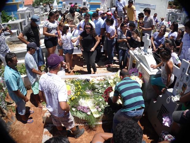 Clima foi de muita comoção no enterro de Brenna Sonária (Foto: Josemário Alves/SOS Notícias do RN)