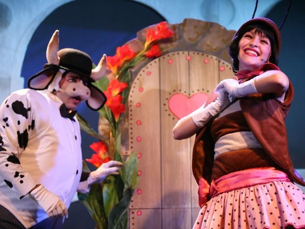 Carla Diaz se transforma em Dona Baratinha no teatro (Foto: Divulgação)