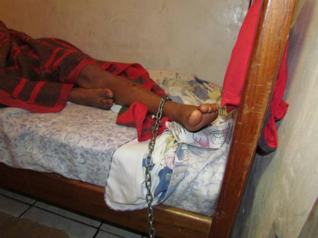 Adolescente fica acorrentado no quarto e pode se movimentar apenas dois metros (Foto: Michelli Arenza/RPCTV)