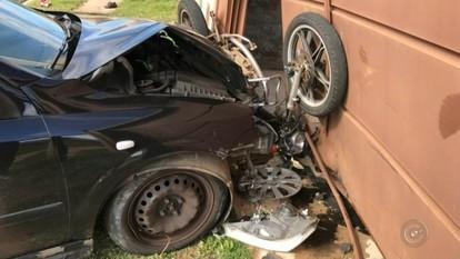 Moto fica prensada entre carro e portão e dois ficam feridos