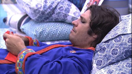 Ainda com os olhos maquiados da festa, Ilmar volta a dormir