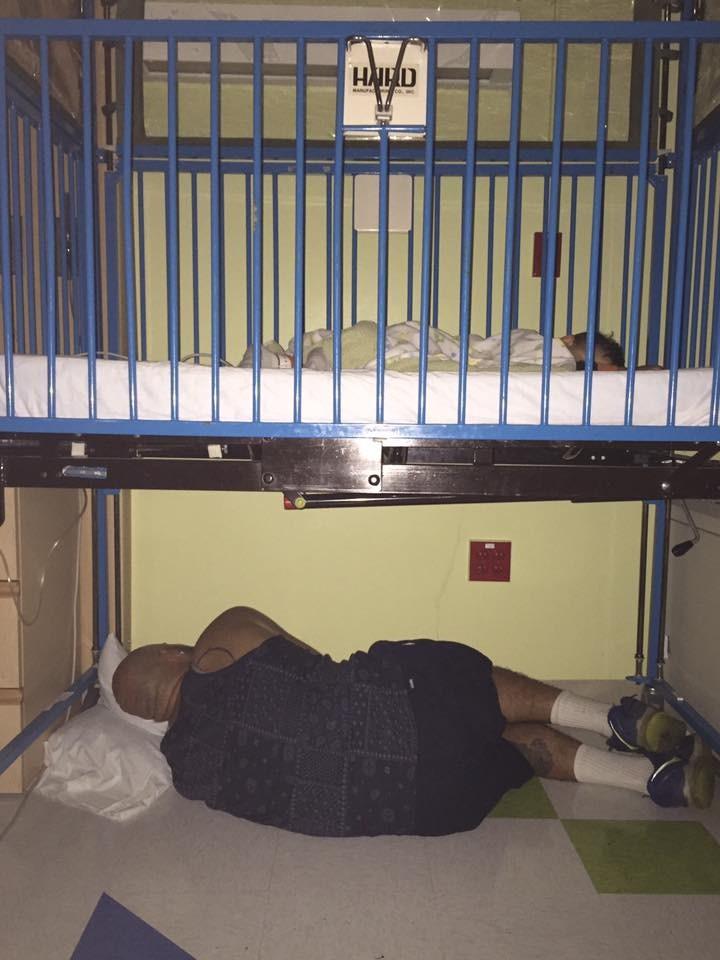 Andre Palmer dormindo embaixo do berço do filho (Foto: Reprodução Facebook)