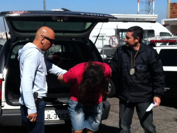 Eduardo Martins chega à delegacia para prestar depoimento. (Foto: Tatiana Santiago/G1)