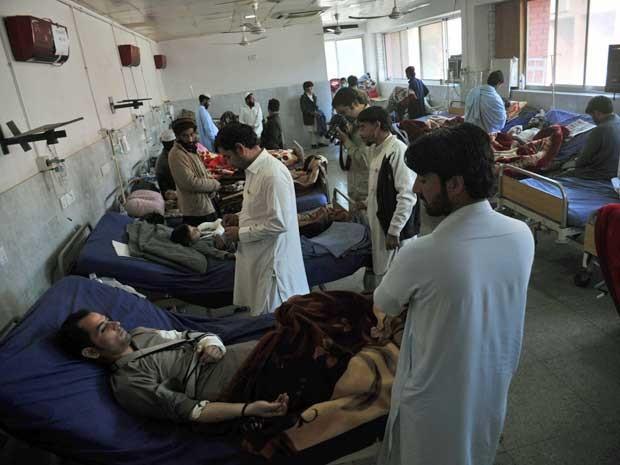 Feridos são tratados em um hospital de Peshawar (Foto: Hasham Ahmed / AFP Photo)