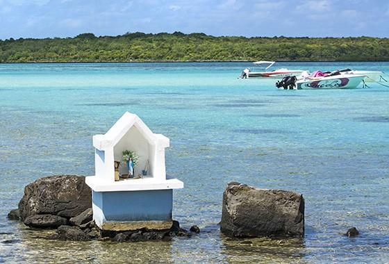 A Ilha das Garças (ao fundo) está apenas a 850 metros do litoral de Maurício  (Foto: © Haroldo Castro/ÉPOCA)