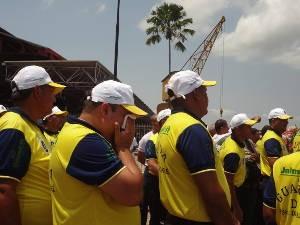 Membro da Guarda de Nazaré se emociona durante a chegada da Santinha (Foto: Luana Laboissiere/G1)