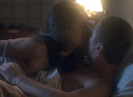 Aline invade o quarto de Gustavo e dorme com ele