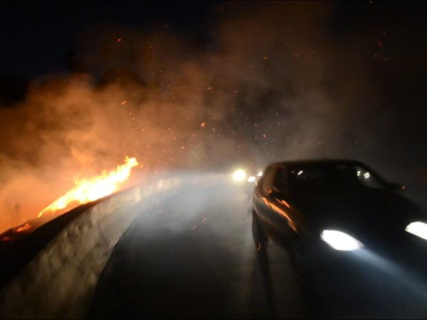 Incêndio de pequenas proporções foi registrado pelo Corpo de Bombeiros no início da noite desta quinta-feira (6) em João Pessoa (Foto: Walter Paparazzo/G1)