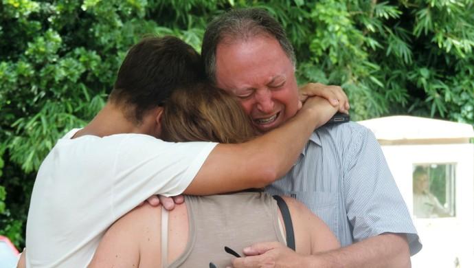 Familiares Ricardo dos Santos após notícia da morte (Foto: Renan Koerich)