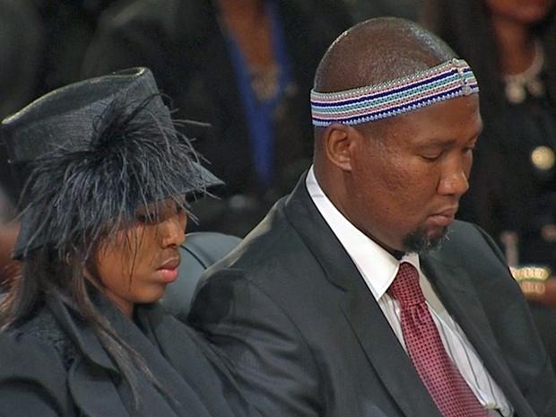 15/12 - Mandla Mandela, neto de Nelson Mandela, é visto durante o funeral do avô. Na tradição xhosa, um homem da família deve permanecer ao lado do caixão do morto durante todo o funeral. (Foto: Reuters)