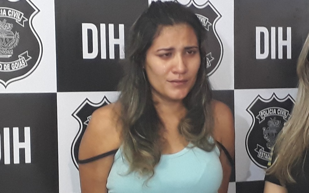 Jovem estrábica é presa suspeita de matar homem por engano em bar de Goiânia (Foto: Vitor Santana/G1)