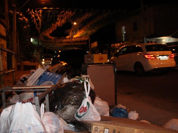 Enfeite da rua ao fundo contrastava com o lixo acumulado em Manaus (Foto: Abinoan Santiago/G1 AM)