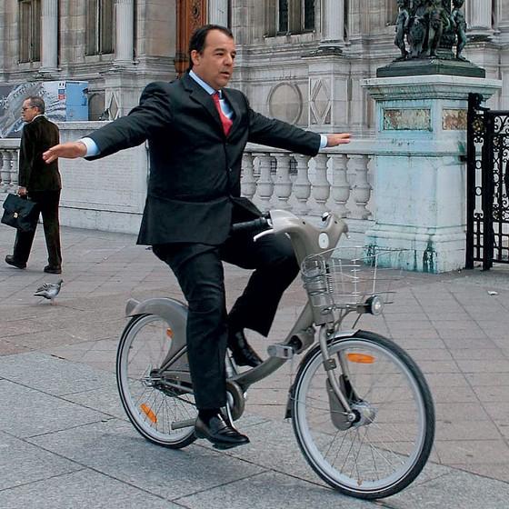 Sérgio Cabral, ex-governador do Rio de Janeiro, pedala em frente à prefeitura de Paris em 2008 (Foto:  Carlos Magno / Divulgação)