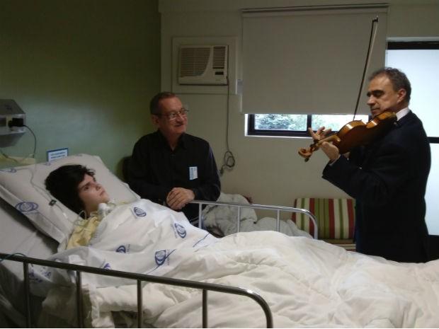 Família de jovem com paralisia cerebral ouve peça clássica tocada pelo maestro (Foto: Samuel Nunes/G1)